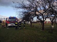 W Stróżach płonął drewniany dom. W środku były trzy osoby, w tym również dzieci