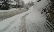 W Krynicy Zdroju i Piwnicznej Zdroju pełno śniegu na chodnikach
