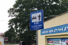 Tu można całować tylko 3 minuty. Znak Kiss&Ride już stoi przy Kolejowej