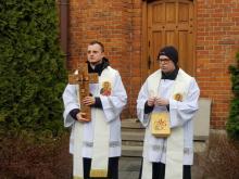 Kapłani wyszli na ulice Nowego Sącza. Modlą się o ustanie epidemii koronawirusa