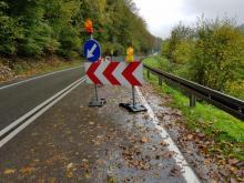 Źle to wygląda. Woda podbiera ziemię spod drogi wojewódzkiej 971!