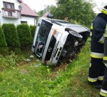 Binarowa: Bus z pasażerami zjechał z drogi i wpadł do rowu