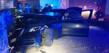 Szklanka na drodze. Rozbity Mercedes i uszkodzone ogrodzenie