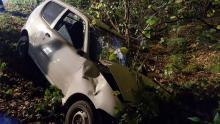 Samochód zawisł nad skarpą. Poszkodowany kierowca był bardzo agresywny