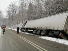 Zima nie odpuszcza. W Polanach ciężarówka wylądowała w rowie [ZDJĘCIA]