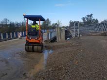 Huk walców i maszyn do lania betonu… tak teraz wygląda plac budowy tymczasowego mostu na Kamienicy. Postawiona przez żołnierzy z inżynieryjnego batalionu kratownicowa konstrukcja już stoi. Teraz jeszcze trzeba wylać beton na dojazdowe drogi.
