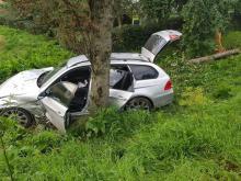 Zasnął za kierownicą a auto roztrzaskało się o drzewo. Przeżył?