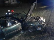 Wypadek na drodze krajowej w Łososinie Dolnej. Auto uderzyło w ogrodzenie i słup