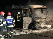 Łuna ogniowa i kłęby dymu w Przyszowej. Palił się bus