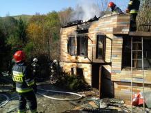 W Barcicach płonął budynek gospodarczy. Na miejscu pracują strażacy