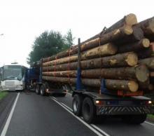 Ciężarówka przewożąca drzewo uderzyła w autobus. Droga krajowa była zablokowana