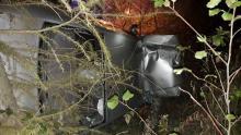 Uszkodzone auto, drzewo i słup. Co się wydarzyło w nocy na ul. Jagodowej?