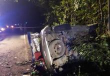 Nocna akcja ratownicza w Binczarowej. Samochód, którym jechał 25-latek dachował