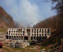 Kilkudziesięciu strażaków od kilku godzin gasi pożar lasu w Żegiestowie-Zdroju. Akcja gaśnicza jest skomplikowana, ponieważ pożar wybuchł w trudno dostępnym miejscu.