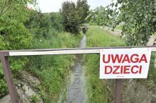Droga przy potoku Dąbrówka to katastrofa, ale miasto nie da złotówki. Dlaczego?