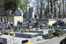 Od tygodnia trwały  dyskusje na temat zamknięcia cmentarzy na Wszystkich Świętych. Teraz klamka zapadła. Po posiedzeniu sztabu kryzysowego premier Mateusz Morawiecki oświadczył, że nie będziemy mogli iść na groby bliskich.