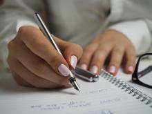Czy pozwolić dziecku malować paznokcie do szkoły? Co na to dyrektor?
