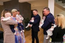 Prezydent Duda wraz z małżonką odwiedził sześcioraczki z Tylmanowej [ZDJĘCIA]