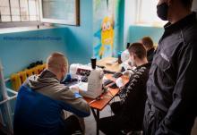 Sądeccy więźniowie pomagają w walce z koronawirus. Szyją maseczki ochronne