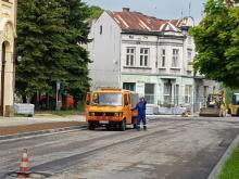 Pan drogowiec sobie sika na asfalt na Grodzkiej a zaraz obok stoi Toi Toi