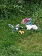 Który to już raz Czytelnik prosi nas o interwencję w sprawie śmieci wyrzuconych i zalegających nad brzegami Kamienicy w Nowym Sączu? Trudno zliczyć. Tym razem chodzi o tereny na osiedlu Zawada a mieszkaniec wytyka, że to wszystko to pozostałości po odpoczywającej tu latem młodzieży….