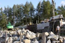 Beton i kamienie. Tak budują nad Jeziorem Klimkowskim turystyczny raj [ZDJĘCIA]