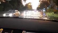 Burza w Krakowie. Dziewczyna z Nowego Sącza pływała autem po ulicy