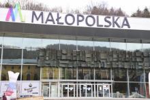 Krynica: Pijalnia Główna z logo Małopolski, reklamuje ten region kraju
