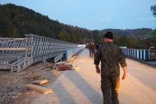 Jedno przęsło wojskowego mostu już spięło brzegi Kamienicy [WIDEO] [ZDJĘCIA]