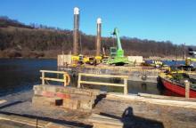 Zwały ziemi, beton i ogromne pale. Powoli rośnie nowy most w Kurowie [ZDJĘCIA]