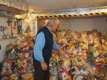 Serce-Sercu: seniorzy i młodzież przygotowują paczki z żywnością