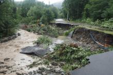 Mieszkańcy Zasadnego odcięci od świata. Woda podtopiła im domy i zerwała drogę