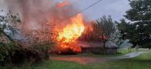 Piorun uderzył w stodołę. Budynek stanął w ogniu [ZDJĘCIA]