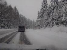 Atak zimy zaskoczył wszystkich. Wpłynęło to znaczne pogorszenie warunków drogowych. Sądecczyzna przykryta białym puchem wygląda jednak bajkowo. Piękny krajobraz połączony ze śniegiem daje piorunujący efekt. Zobaczcie sami.