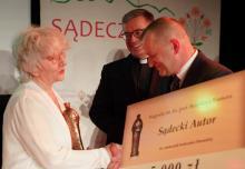 Barbara Paluchowa odbiera nagrodę