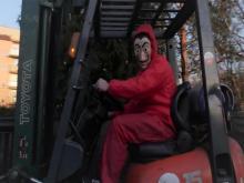 Gorzków: operator wózka widłowego w masce Salvadora Dali. O co tu chodzi? [FILM]