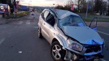 Wypadek na Alejach Piłsudskiego. Samochód wypadł z drogi i staranował latarnię