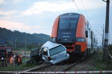Tragedia w Barcicach: Auto wpadło pod pociąg. 20-letni kierowca nie żyje