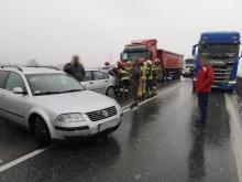 Na obwodnicy Starego Sącza zderzyły się dwie osobówki i ciężarówka [ZDJĘCIA]