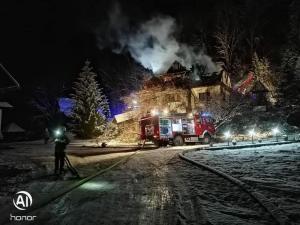 Musieli uciekać w środku nocy z płonącego domu. Zostali bez dachu nad głową