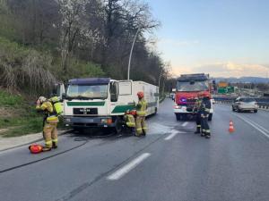 Pożar na ul. Tarnowskiej. Ciężarówka z naczepą zapaliła się w trakcie jazdy