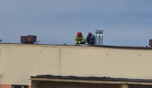Nowy Sącz: Na Gorzkowskiej wiatr zerwał okucie dachu. Interweniowała straż