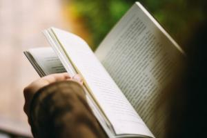 Ręka w górę kto czyta książki. Dzisiaj obchodzimy ich międzynarodowe święto