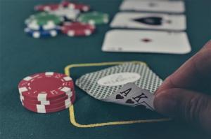 Turniej pokera za prawdziwe pieniądze jest wykroczeniem. Jak grać legalnie?