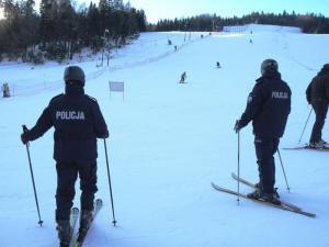 Stacje narciarskie pełne ludzi. Policja zapowiada częste kontrole