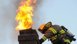 Pożar sadzy w kominie: nie gaś wodą, bo rozerwie komin