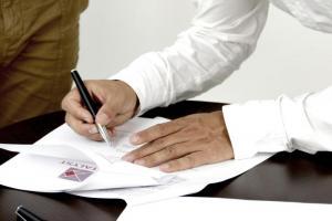 Porady prawne: umowa o pracę i umowa zlecenie. Czytelnicy mają konkretne pytania