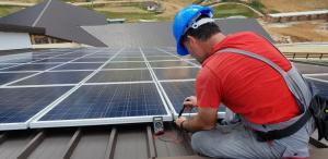 Stracą ludzie, straci biznes. Koniec darmowego prądu z paneli słonecznych