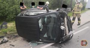 Groźny wypadek na krajówce w Łabowej. Samochód wylądował na boku